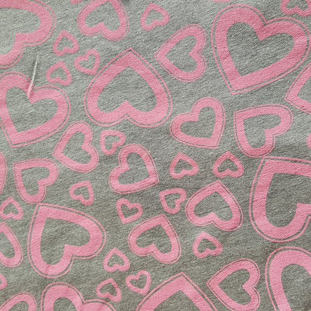 Grå med lyserøde hjerter